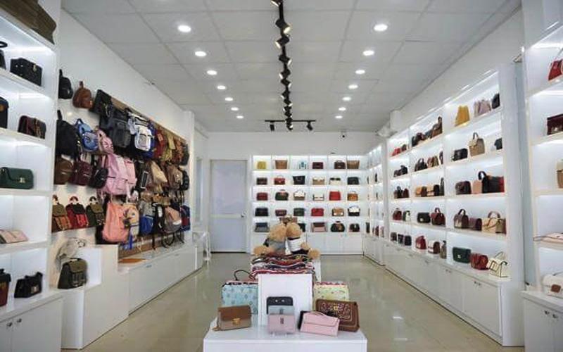 Chợ Ninh Hiêp mang đến nhiều mẫu túi xách với giá cả đa dạng